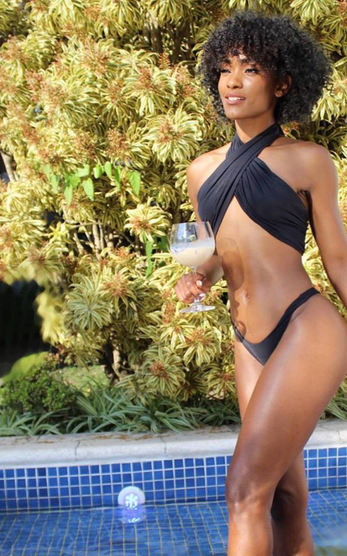 Erika Januza exibe corpo escultural ao posar de biquíni à beira da piscina