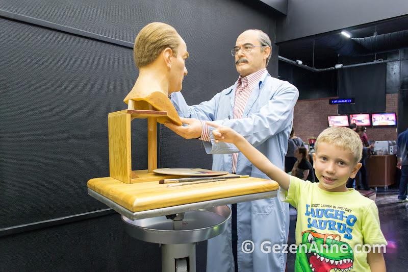 balmumundan Yılmaz Büyükerşen yine balmumundan Atatürk heykeli yaparken ve oğlum, balmumu müzesi Odunpazarı Eskişehir