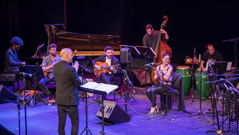 Lionel Hampton y Charles Mingus fueron los primeros artistas que conectaron estos dos géneros.