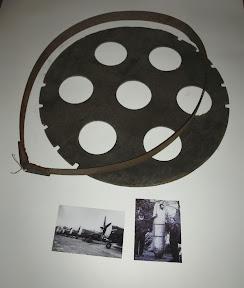Onderdelen van een afwerpbare benzinetank van een P-47 Thunderbolt.