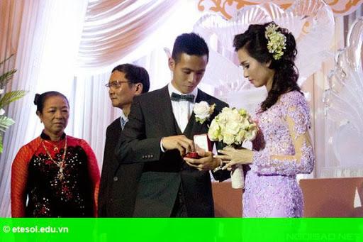 Hình 7:   Cô dâu của Văn Quyết rạng rỡ trong lễ cưới