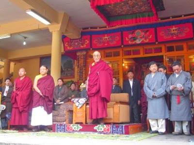 """尊者達賴喇嘛在2008年""""三•一0""""抗暴49周年紀念集會上。"""