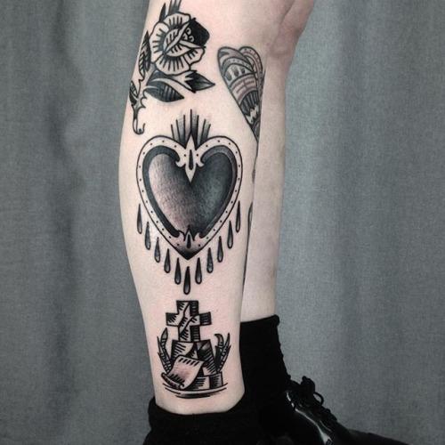 Flor, uma cruz e um Coracao tatuagens combinacao parece incrivel na perna tornozelo