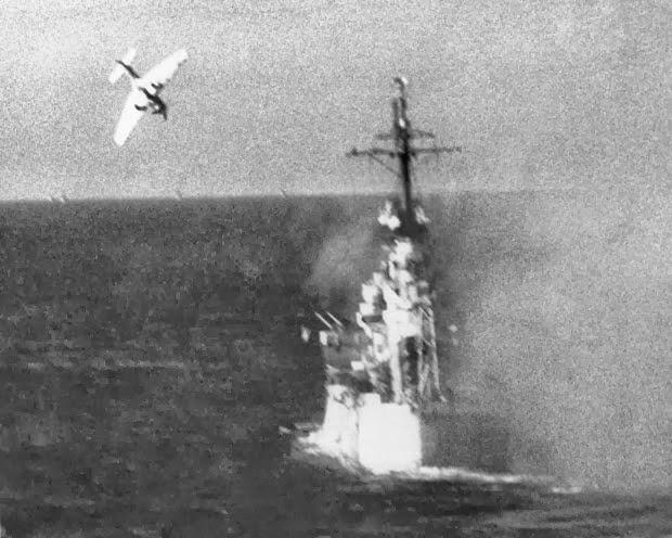 Kamikaze prestes a atingir um navio americano