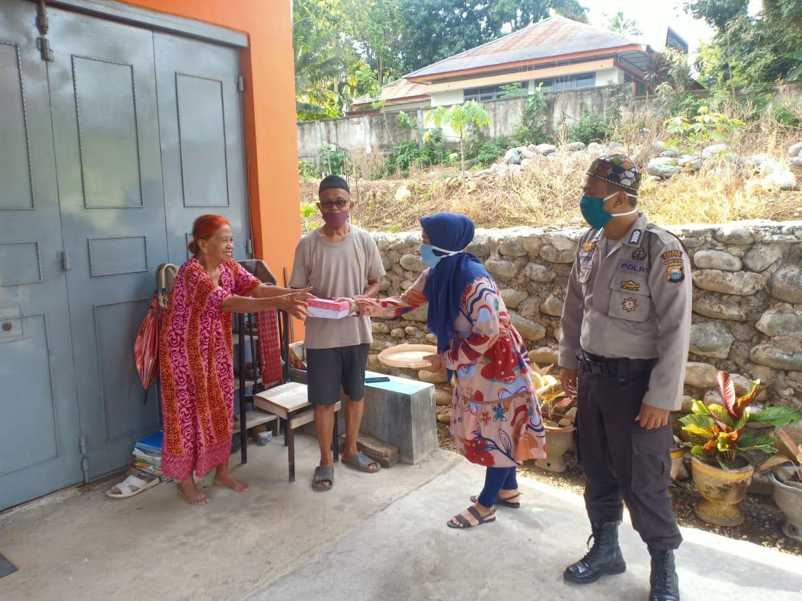Bentuk Peduli Ditengah Pandemi Covid-19, Polsek Marioriwawo Bersama Bhayangkari Berbagi Takjil
