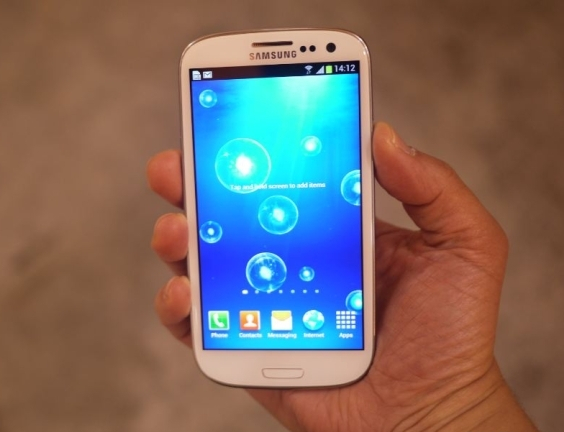 https://lh3.googleusercontent.com/-YHN_2dEK2o4/USuItQWJESI/AAAAAAAADW4/BtIf34mEATE/s800/Samsung_Galaxy_S_III_Hands_On.jpg