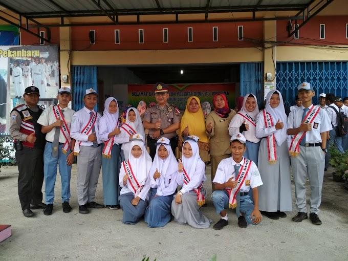 Kanit Bimas Polsek Tampan Bertindak Sebagai Pembina Upacara di SMA Teknologi Riau.
