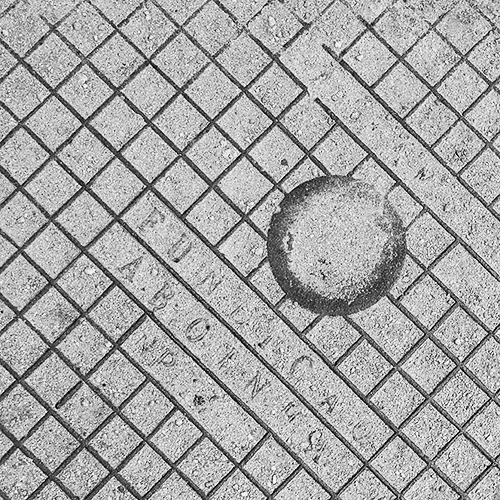 photo of manhole cover, black and white, abstract, photo, fotografia de tampa saneamento, ruimnm, preto e branco, abstracto, fotografia