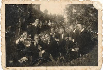Предположительно праздник Успенья в Куремяэ. На фото второй справа А. Шувалов, А. Фаронов? М. Курмин1938 г.(из личного архива Шувалова А.А.)