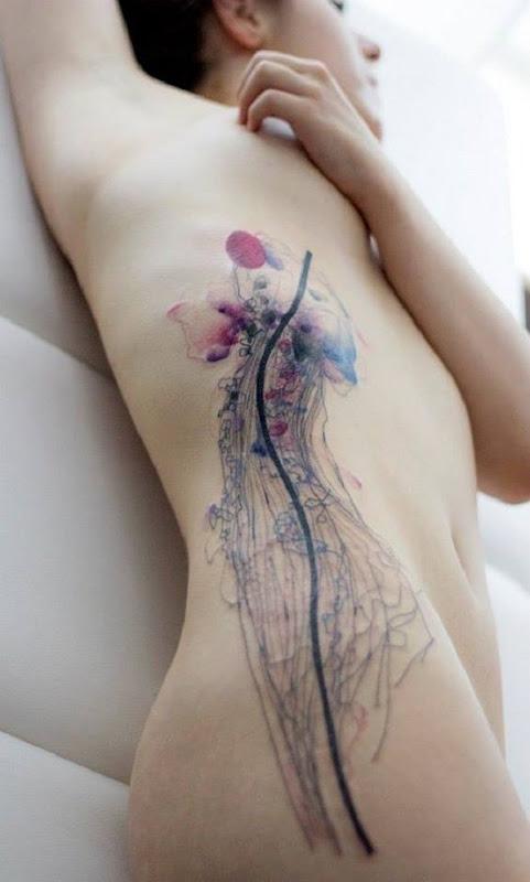 Maravilhoso olhando água-viva tatuagem nas costelas. Os tentáculos da água-viva são desenhar maravilhosamente como ele dimensiona a totalidade do corpo. Você também pode ver que a cabeça é desenhado muito levemente a projectar a perto de transparência da água-viva.