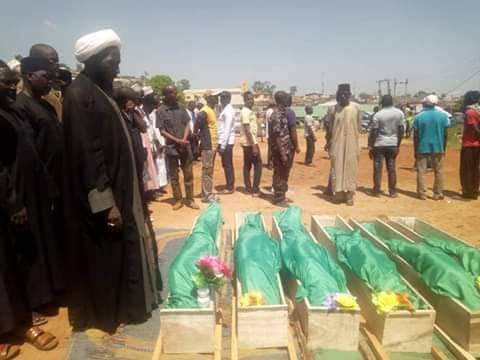 Sheikh Abdulhameed Bello led the funeral prayer of 6 members of the Islamic Movement were killed by Nigerian army at Zuba Bridge,Abuja.See photos below