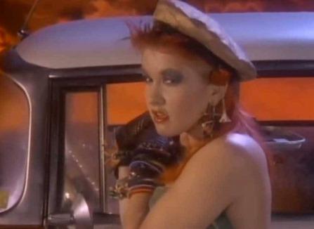 Cyndi Lauper no clipe She Bop!