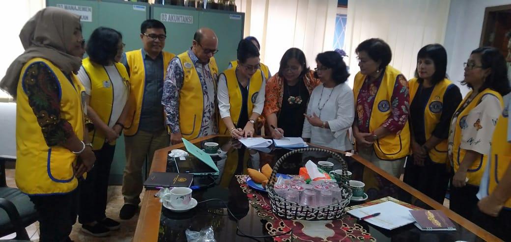 Lions Club Jakarta Centenial MH Thamrin 307-A1 Bersama FEB UKI Laksanakan Program Pemberdayaan Masyarakat
