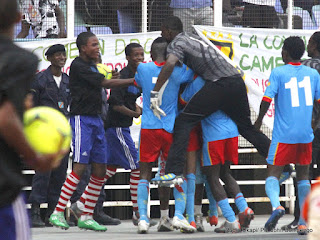 Des congolais célébrant la victoire contre les Lions Juniors du Cameroun le 6/10/2012 au stade des martyrs à Kinshasa, score: 4-1. Radio Okapi/ Ph. John Bompengo