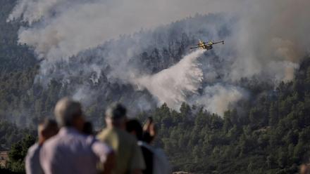 Φωτιά στα Βίλια : Νέα μεγάλη αναζωπύρωση - Συνεχείς ρίψεις νερού από τα εναέρια μέσα - Συνδράμουν και πυροσβέστες από την Πολωνία