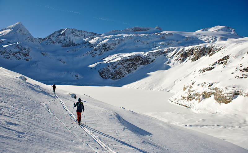 In primul plan Lacul Alb, alb la propriu in mijloc de decembrie.