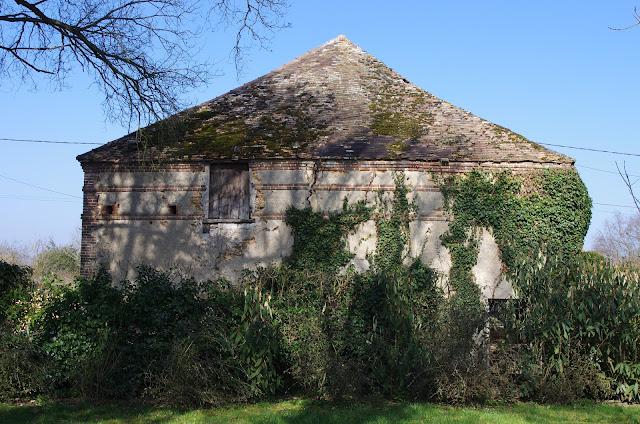 Ancien pavillon de chasse du XVIIIe siècle. Les Hautes-Lisières (Rouvres, 28), 15 mars 2012. Photo : J.-M. Gayman