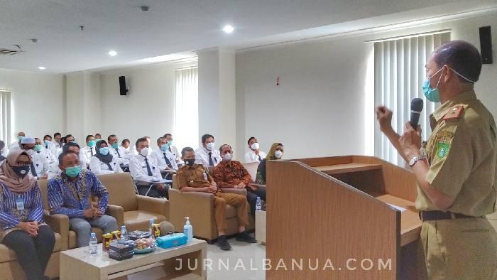 Sambutan Sekda Ambo Sakka pada pembukaan tes kompetensi pegawai eselon tiga, di RS Marina Permata, Senin (11/1) pagi tadi, mengundang tawa. Redaksinya terlihat berhasil mengurangi ketegangan dan kekhawatiran para peserta.