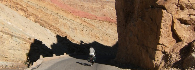 Miri on the Bike vor Bou Tharar, Oued Mgoun, Rosental, Atlas-Gebirge, Marokko