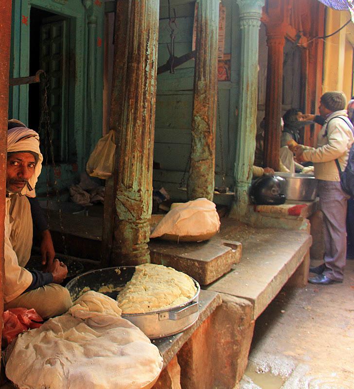 #Varanasistreetscene #Varanasimarkets #Varanasitourism #Uttarpradeshtourism #travelbloggersindia