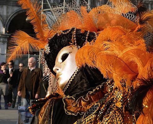 Maschera ornata di piume arancioni
