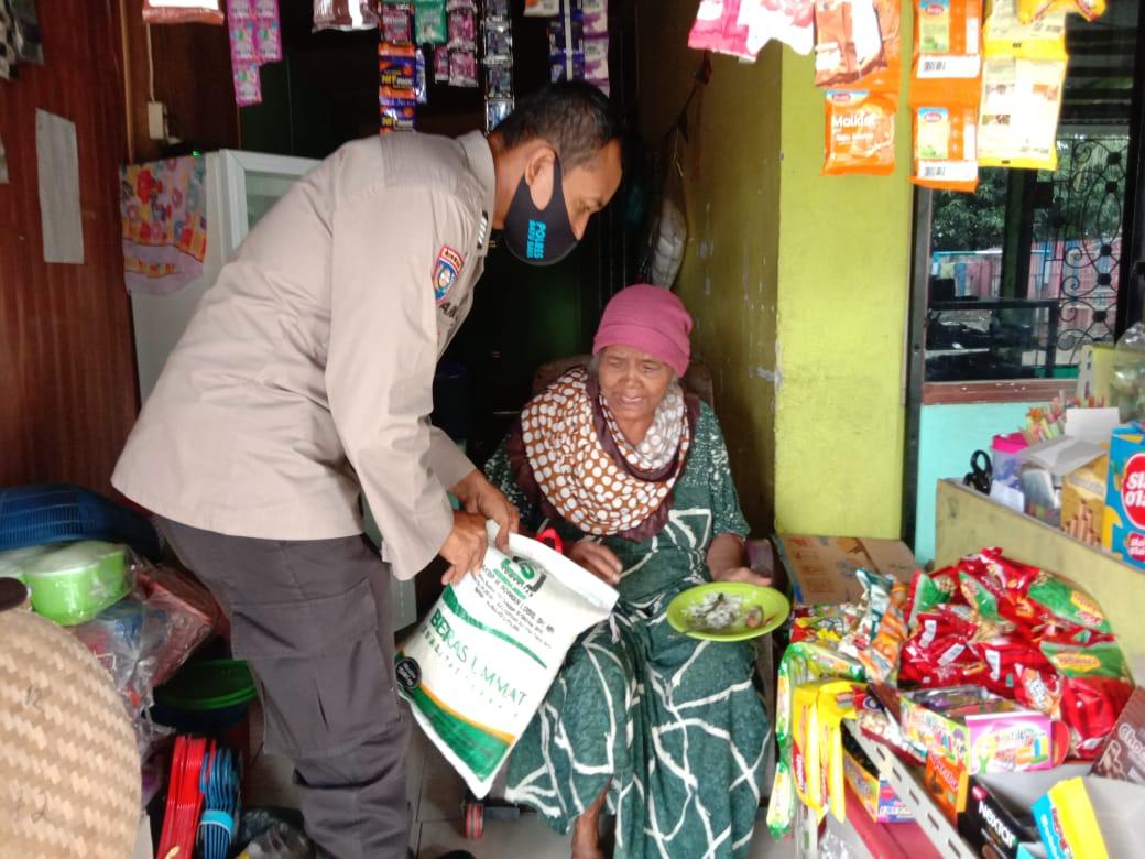 Kasat Binmas Polres Batu Bara Berikan Bantuan Sembako Kepada Kaum Dhuafa dan Anak Yatim