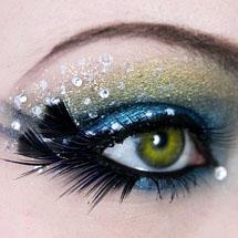 Maquiagem artística com pena e strass