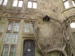 Стена, дверь и колокольчик старинного дома