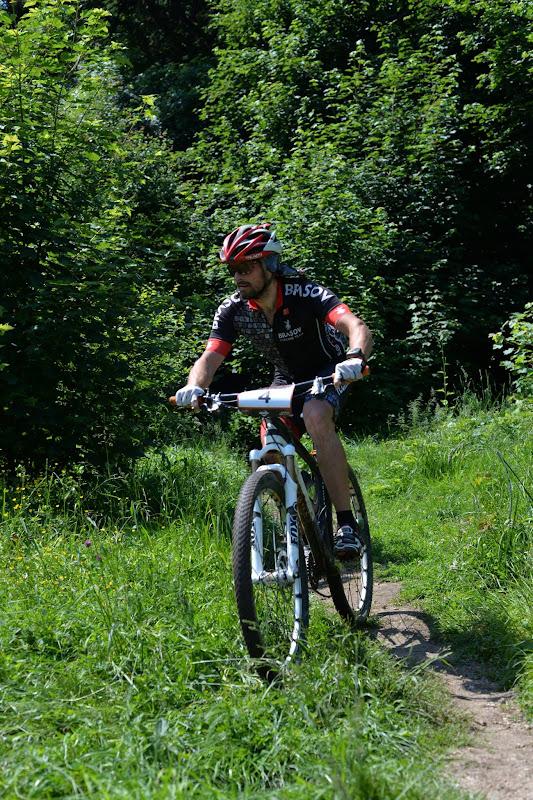 Intr-o postura mult mai compusa si mai relaxata decat la concursul de vertical, pe bicicleta.