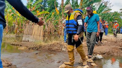 Duo Amran Tinjau Lokasi Banjir dan Jalanan Rusak Akibat Banjir di Desa Balielo