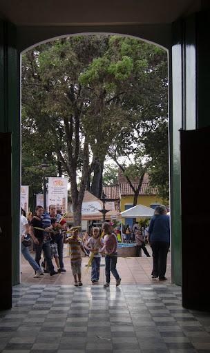 Niños Entrando a la Iglesia