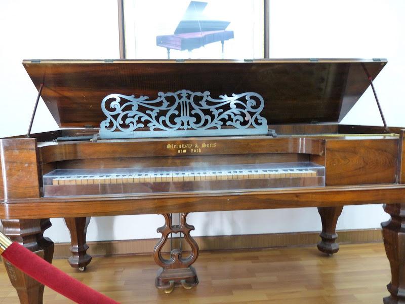un musée unique au monde .Plus de 100 pianos