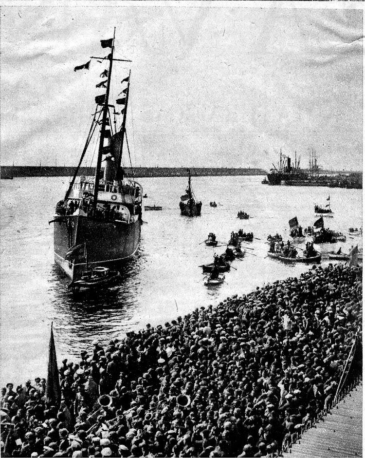17 de abril de 1931. Entrada en Barcelona del vapor DELFIN con los militares liberados por los hechos acaecidos en Jaca. Foto remitida por Jaume Cifre. Nuestro agradecimiento.jpg