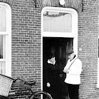 Slager Piet van Oers neemt bestelling op bij Ine vd Langenberg_BEW.tif