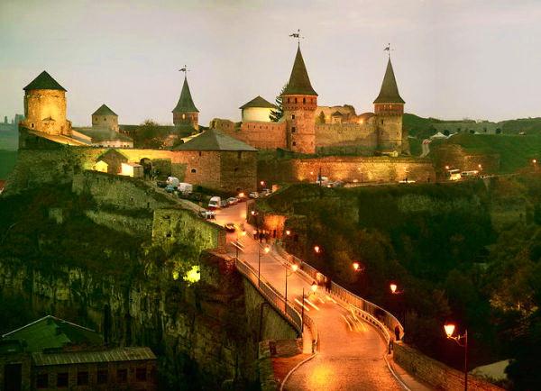 Кам'янець-подільська фортеця ввечері