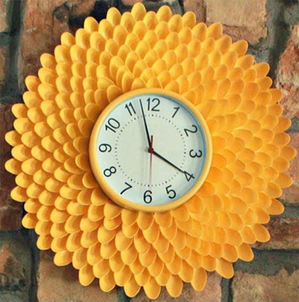 Relógio de parede com moldura de colher de plástico