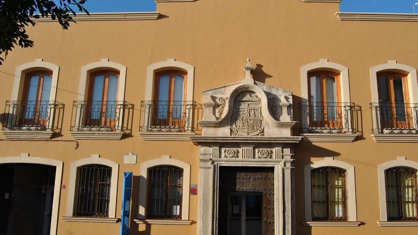Fachada de la Biblioteca Pública Municipal de Huércal de Almería.