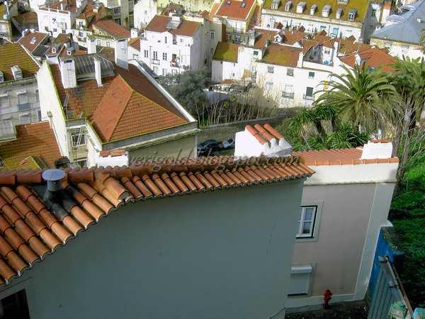 Крыши и дворы Лиссабона со смотровой плащадки да Граса