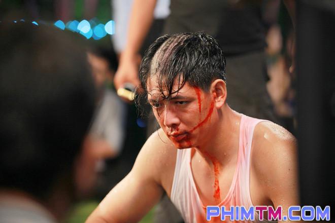 Bình Minh cạo đầu sám hối, máu me bê bết ngay tại phim trường - Ảnh 1.