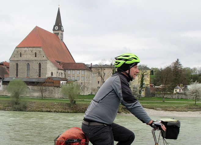 Chris on the Bike in Oberndorf an der Salzach vor der Stiftskirche von Laufen