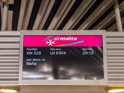 Geocaching auf Malta - Air Malta Anzeigetafel mit Flugnummer