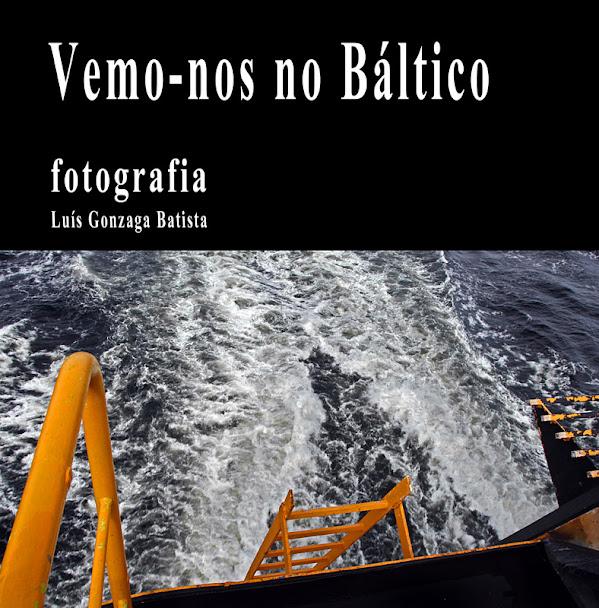 Capa do livro. rectângulo preto com as letras em branco, em cima. Em baixo a ré de um barco