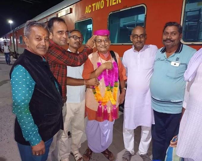 राष्ट्रीय पुरस्कार मिलने पर डॉ. कमलकांत का जयनगर रेलवे स्टेशन पर आगमन होते ही गर्मजोशी के संग युवाओ ने पाग दोपट्टा व माला पहनाकर किया अभिनंदन