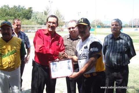 Entrega de reconocimiento a Melchor Ibarra