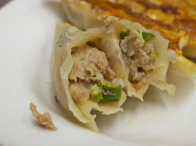肉とニンニクが多めの餃子の餡