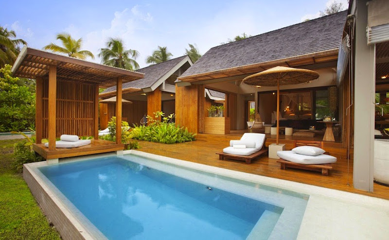 Desroches Island Resort - piclarge537madam%2Bzabre%2Blooking%2Bin_2%2B%2528MLP%2529.jpg