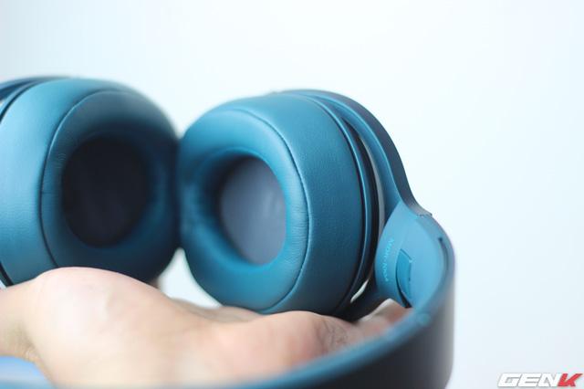Phần đệm tai nghe mềm mại. Tuy nhiên, đặc điểm của dòng tai nghe closed-back là nghe lâu sẽ bị nóng và MDR-100AAP không phải là ngoại lệ