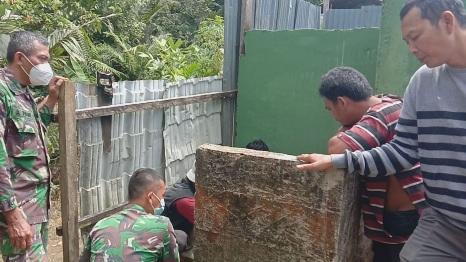Gotong-royong dalam Giat Buat MCK Umum Masjid Desa Siuhom,  TMMD Kodim Tapsel