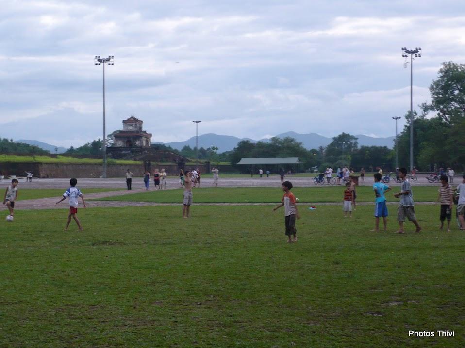 Enfants jouant au foot sur l'esplanade où se déroulaient jadis les parades militaires (entre le Cavalier du Roi et la porte du Midi)