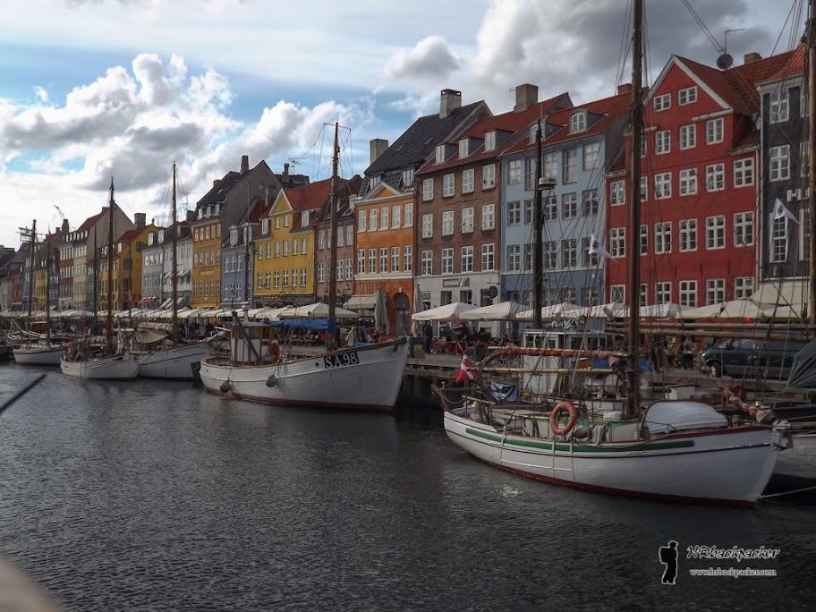 Najpoznatiji dio Kopenhagena jest Nyhavn, poznat po šarenim pročeljima zgrada i velikom broju kafića i restorana